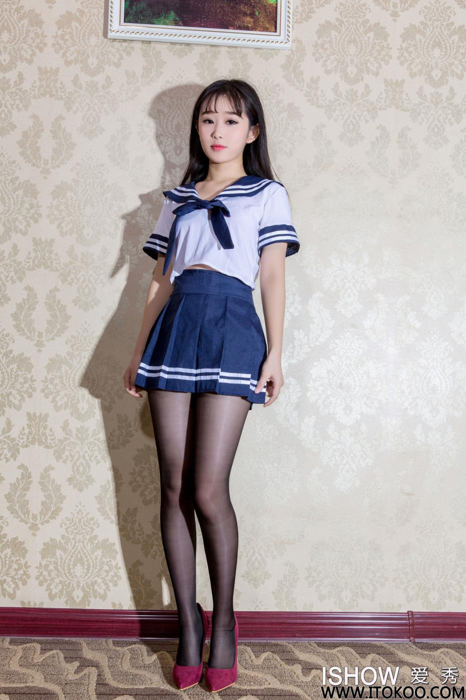 ISHOW爱秀兔囡囡JK制服诱惑黑丝美腿写真套图