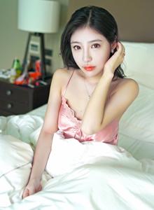 嗲囡囡气质美女模特施忆佳蕾丝吊带睡衣初恋女友写真