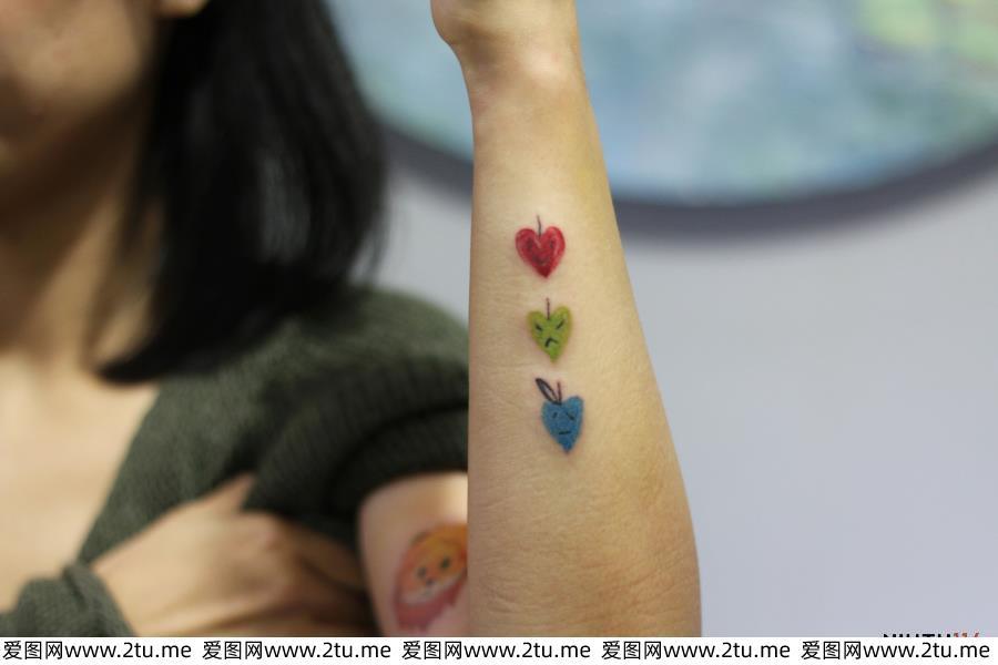 桃心纹身狮子纹身小清新美女肩部纹身图片
