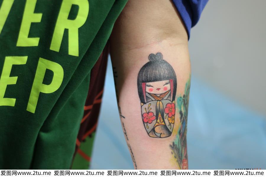 男生女生适用的小艺妓纹身手臂纹身图片