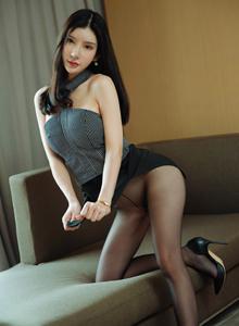 周于希Sandy《黑丝美腿圆润翘臀美女》花漾Vol.127写真集